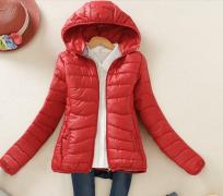 Dámská prošívaná bunda s kapucí tmavě červená