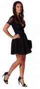 černé šaty s velkým výstřihem