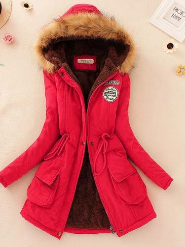 Červený kabát s kapucí a kožešinou