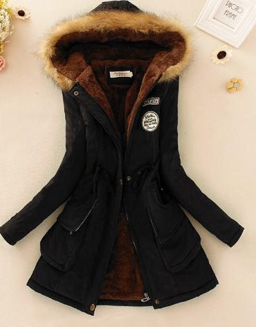 Černý kabát s kožešinou a kapucí