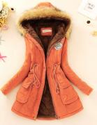 Oranžový kabát s kožešinou a kapucí