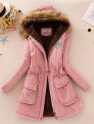 Světle růžový kabát s kožešinou a kapucí