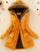 Žlutý kabát s kožešinou a kapucí