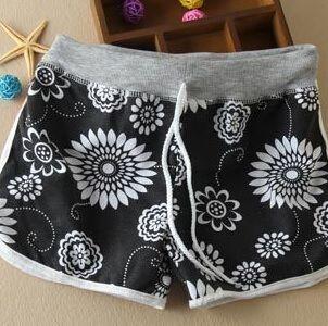 černé květované šortky