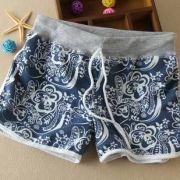 modré šortky s motýly