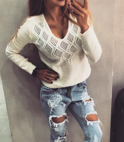 Pletený svetr s výstřihem