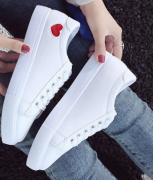 Bílé sportovní boty se srdíčkem