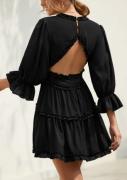 Černé šaty s kanýrem